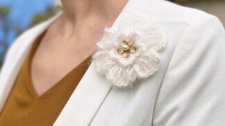 Broche fleur au crochet laine mohair laiton