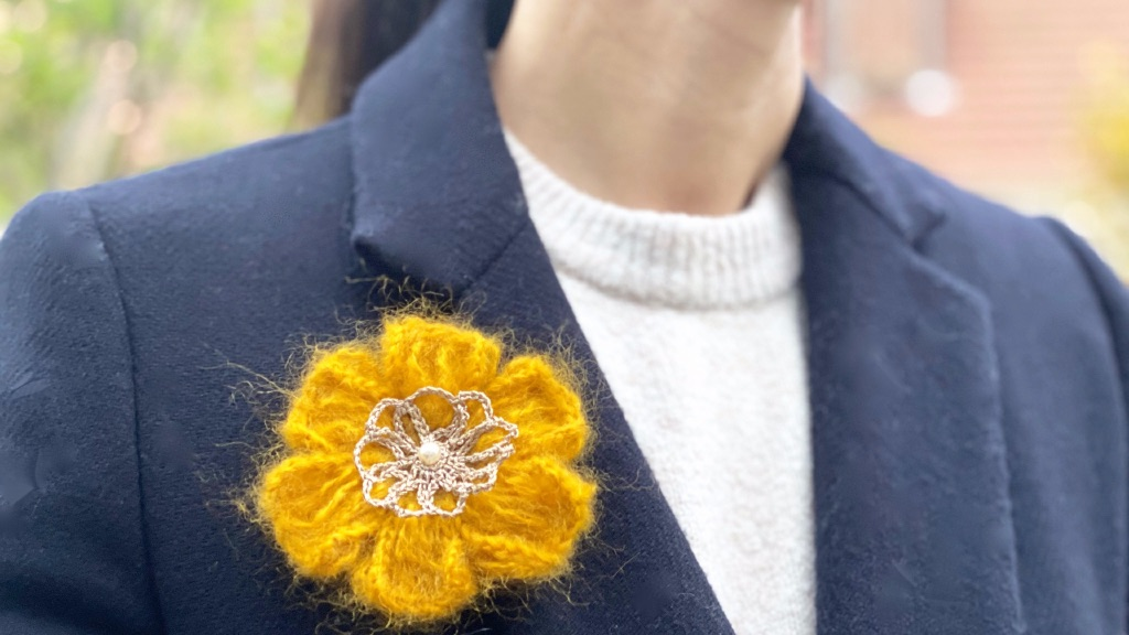 Broche fleur au crochet laine mohair