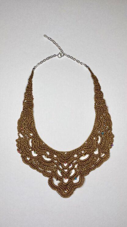 Collier plastron bronze en dentelle au crochet