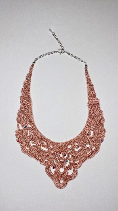 Collier plastron rose en dentelle au crochet