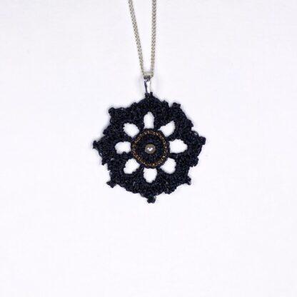 Pendentif rosace noir dentelle au crochet