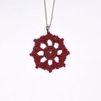 Pendentif rosace rouge dentelle au crochet