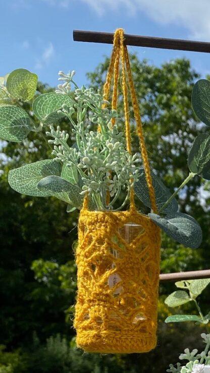 Vase à suspendre jaune en dentelle au crochet