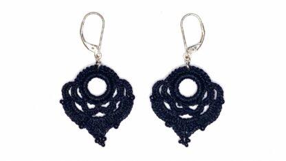 Boucles d'oreilles coeur noir en dentelle au crochet