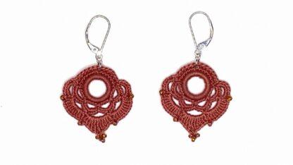 Boucles d'oreilles coeur corail en dentelle au crochet