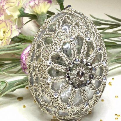 Oeuf de Pâques perlé en dentelle au crochet