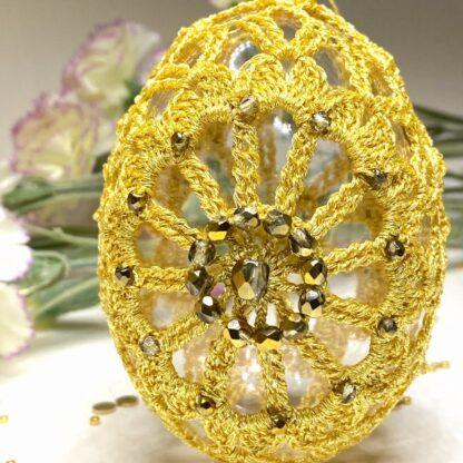 Oeuf de Pâques or en dentelle au crochet
