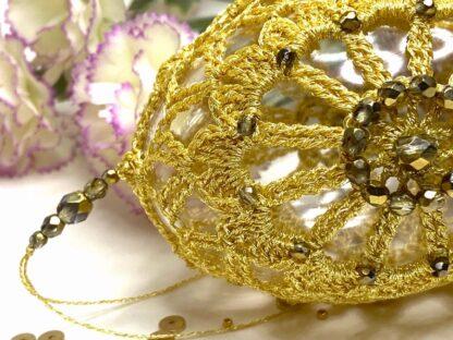 Oeuf de Pâques doré en dentelle au crochet