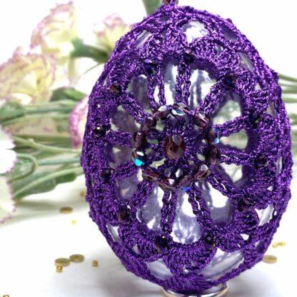 Oeuf de Pâques violet en dentelle au crochet